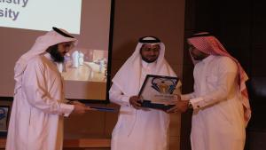 تكريم المشاركين باليوم العلمي الأول بكلية طب الأسنان .jpg -